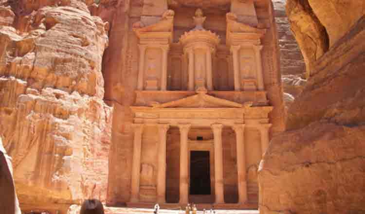 Petra, orașul roz, locul în care Moise a lovit cu toiagul stânca din care a ieșit apa